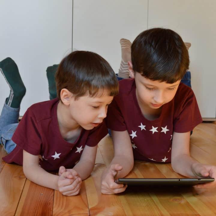 26.09 L'allarme degli esperti: i nostri figli passano troppo tempo davanti agli schermi